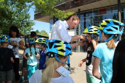 Luczak pflegt gute Kontakte zur Taunusgrundschule: Hier im Sommer 2015 bei der Übergabe von kostenlosen Fahrradhelmen an die Kinder.
