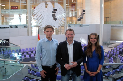 Christopher Lawniczak und Claudia Pawlowski trafen 2016 Jan-Marco Luczak im Reichstag.
