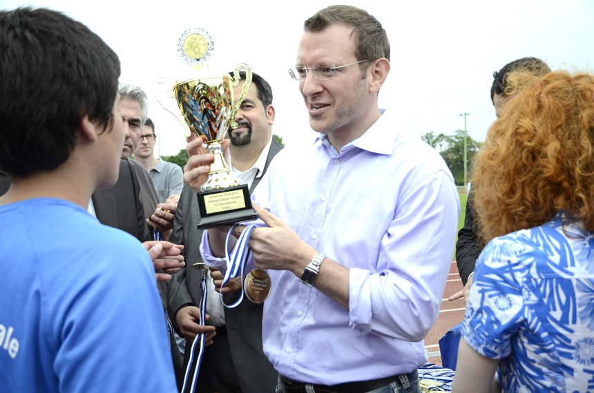 Luczak übergibt Pokal