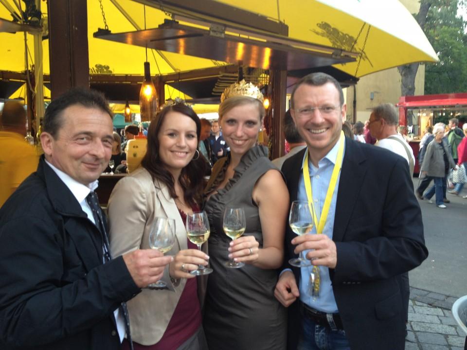 Jan-Marco Luczak mit Hagen Kliem und den Weinköniginnen auf dem Wein- und Winzerfest 2012
